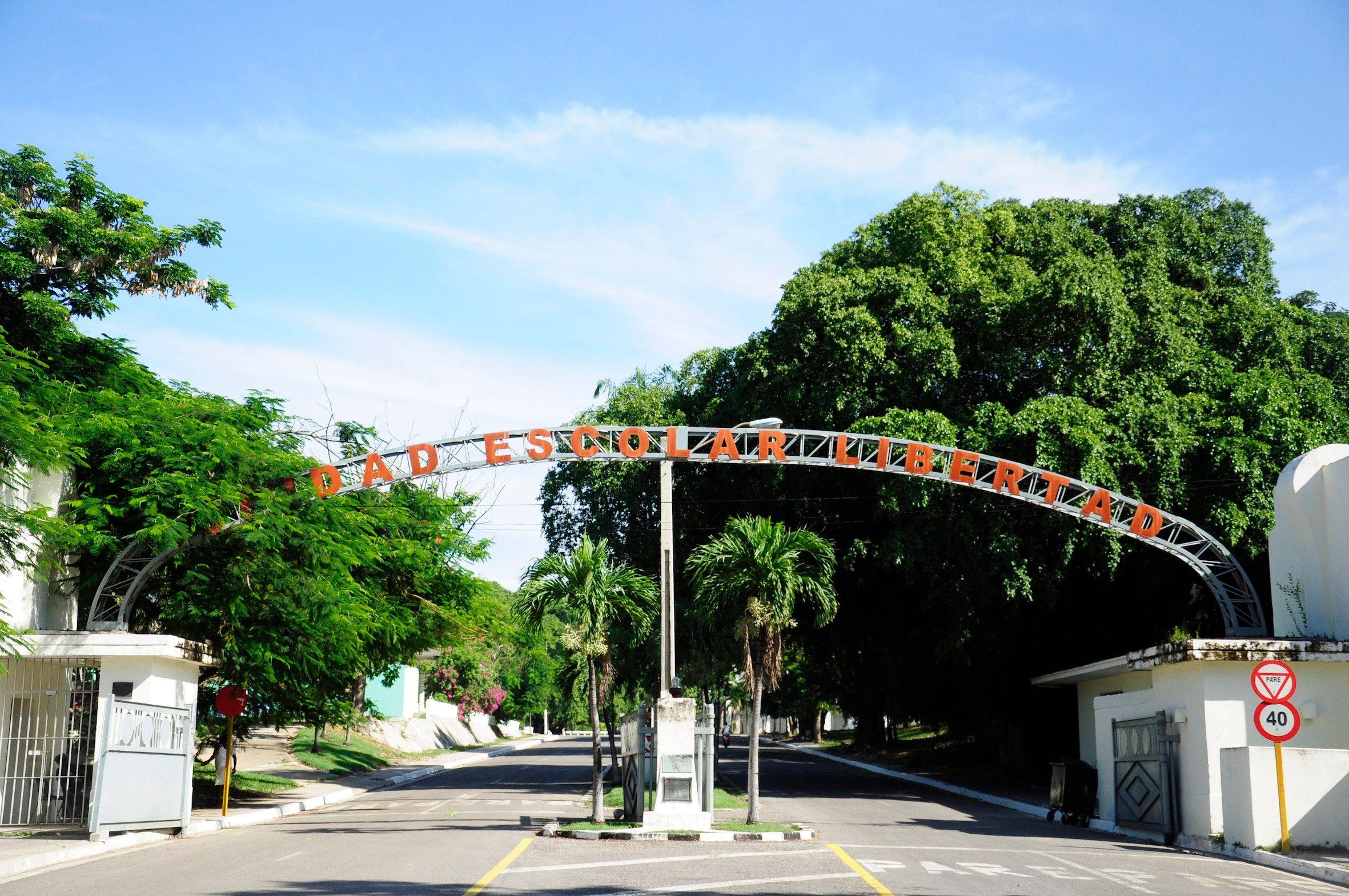 Dem Haupteingang zur Ciudad Libertad sieht man noch an, dass er vor dem Umbau ein Kontrollpunkt war